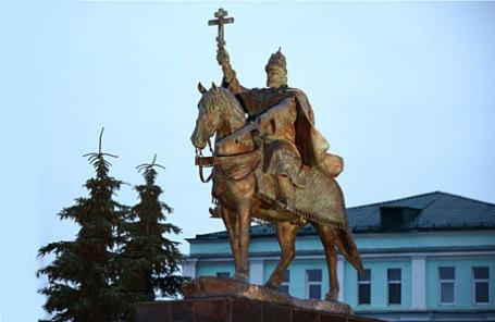 На церемонии открытия памятника Ивану Грозному, установленного возле Богоявленского собора на стрелке слияния рек Оки и Орлика.