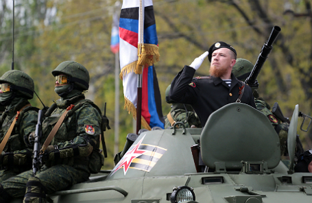 Военнослужащий армии ДНР с позывным «Моторола» Арсен Павлов (справа) во время военного парада, посвященного 71-й годовщине Победы в Великой Отечественной войне.