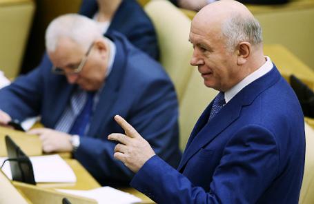 Губернатор Самарской области Николай Меркушкин (справа) во время парламентских слушаний в Госдуме РФ