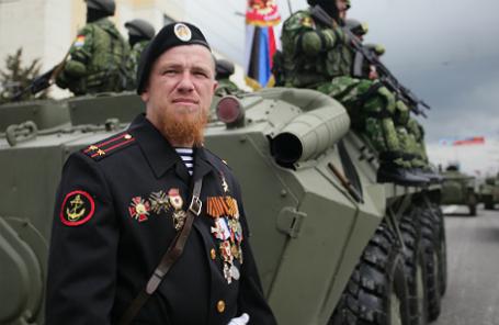 Арсен Павлов по прозвищу Моторола перед началом военного парада.
