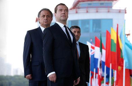 Виталий Мутко(на заднем плане) и премьер-министр России Дмитрий Медведев.