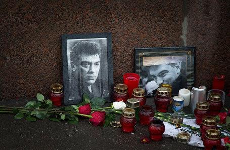 Цветы и свечи на месте гибели политика Бориса Немцова в Москве.