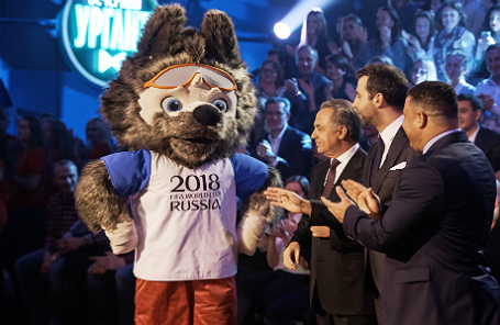 Официальный талисман чемпионата мира по футболу 2018 года Волк Забивака, вице-премьер РФ Виталий Мутко, телеведущий Иван Ургант и футболист Роналдо (слева направо)