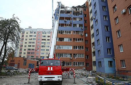 Сотрудники МЧС на месте взрыва бытового газа в многоэтажном жилом доме в 1-м Осеннем переулке, в результате которого погибли три человека, десять пострадали.