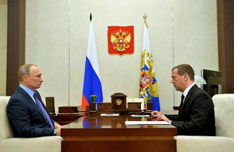 Президент РФ Владимир Путин и премьер-министр РФ Дмитрий Медведев во время встречи в резиденции Ново-Огарево.