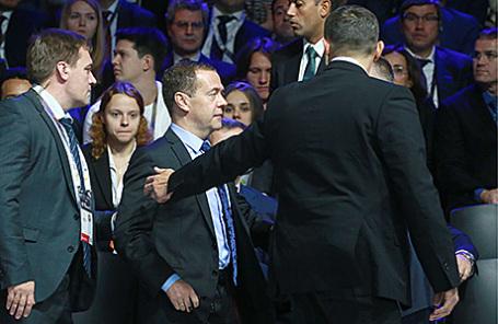 Премьер-министр РФ Дмитрий Медведев (в центре) во время эвакуации из-за угрозы возможного пожара на пленарной сессии «Технологии роста: безопасность или мечты определят дальнейший технологический прогресс» в рамках форума «Открытые инновации - 2016