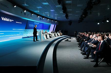 Президент РФ Владимир Путин (слева) на пленарном заседании «Философия международного развития для нового мира» в рамках XIII заседания Международного дискуссионного клуба «Валдай».