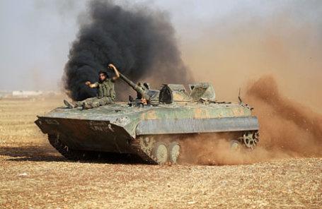 Боевики на окраине города Rifaat, северная провинция Алеппо, Сирия.