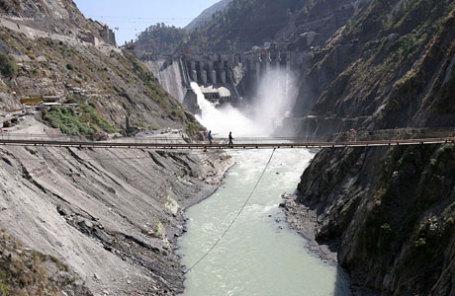 Мост возле гидроэнергетического проекта Chanderkote расположенного на реке Ченаб, которая течет из индийского Кашмира в Пакистан.