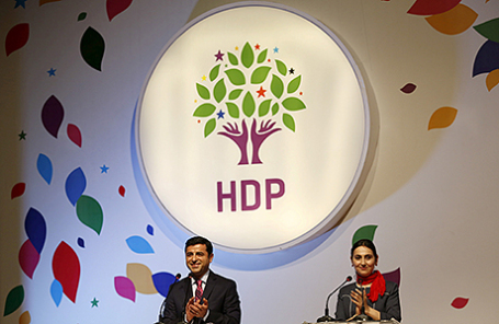 Лидер Демократической партии народов Селахаттин Демирташ (слева).