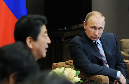 Президент России Владимир Путин (справа) и премьер-министр Японии Синдзо Абэ (слева).