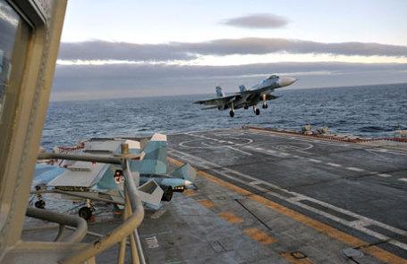 Корабельный истребитель Су-33 заходит на посадку на борт авианосца «Адмирал Кузнецов».