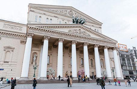 У здания Большого театра в Москве.