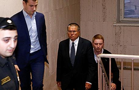 Министр экономического развития РФ Алексей Улюкаев (справа) в Басманном суде в Москве, 15 ноября 2016.