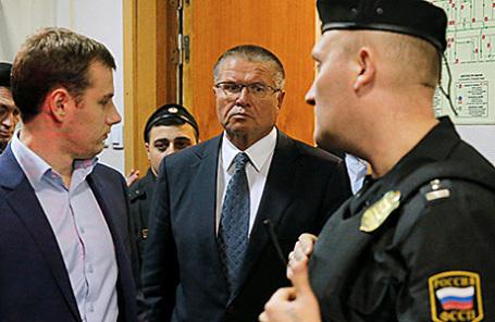 Министр экономического развития РФ Алексей Улюкаев (справа) в Басманном суде в Москве, 15 ноября 2016