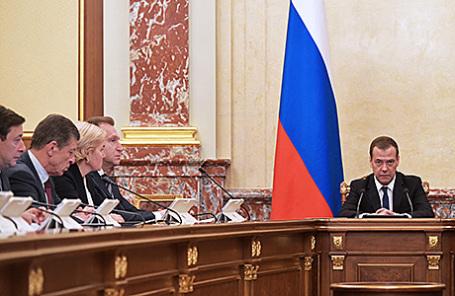 Премьер-министр РФ Дмитрий Медведев (справа) на совещании с членами правительства РФ, 16 ноября 2016.