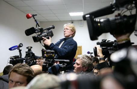 Журналисты у зала заседаний в Басманном суде, где избирается мера пресечения министру экономического развития РФ Алексею Улюкаеу.