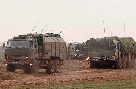 Оперативно-тактический ракетный комплекс (ОТРК) «Искандер-М» (справа).