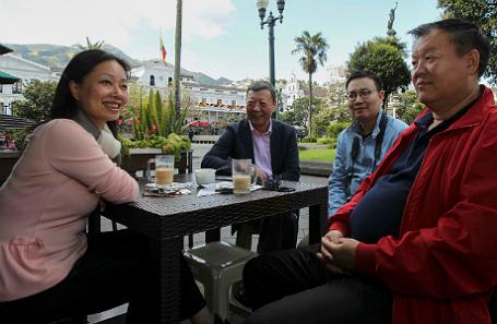 Деловые люди в Китае во время кофе-брейка.