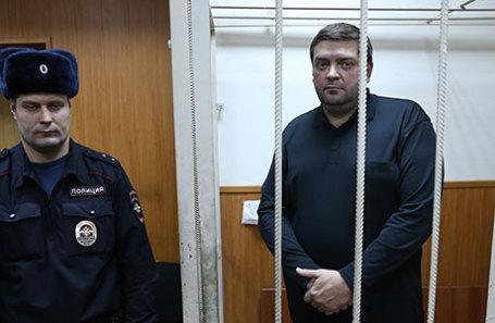 Мэр Переславля-Залесского Денис Кошурников (справа), подозреваемый по делу о хищении средств «Роснано», во время избрания меры пресечения в Басманном суде.