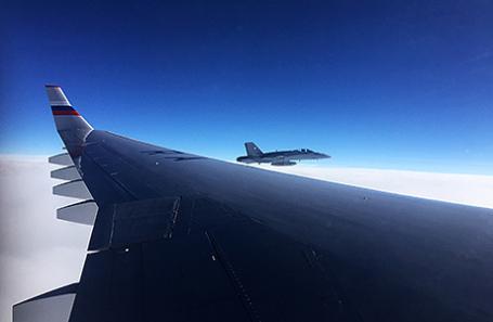 Самолет Специального летного отряда «Россия», направлявшийся из Москвы в перуанскую столицу на саммит АТЭС, в сопровождении истребителя ВВС Швейцарии.