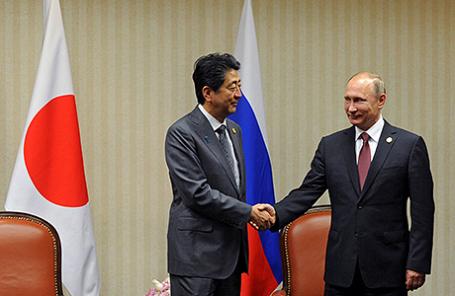 Премьер-министр Японии Синдзо Абэ и президент России Владимир Путин (слева направо) во время встречи в гостинице Swissotel.