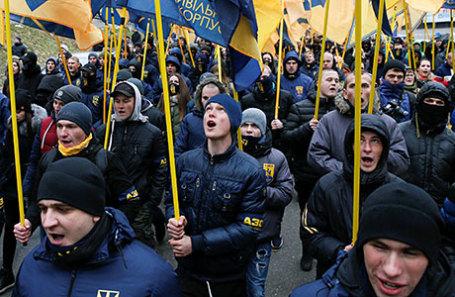 Активисты политической партии Национального корпуса на марше в Киеве.