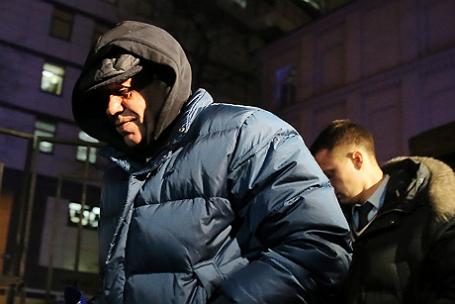 Генерал ФСО Геннадий Лопырев, обвиняемый в получении взятки, перед рассмотрением ходатайства следствия об избрании меры пресечения у 94-го гарнизонного военного суда.