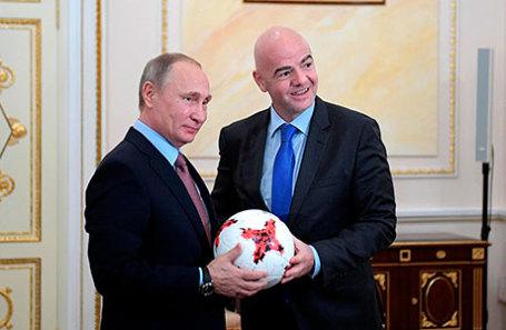 Глава ФИФА Джанни Инфантино подарил Президенту России Владимиру Путину мяч «Красава», созданный для матчей Кубка конфедераций 2017 года.