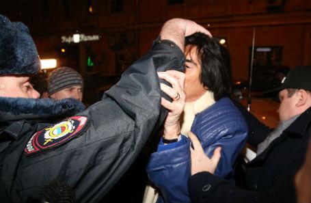 Лидер французской музыкальной группы Space Дидье Маруани (справа) у отделения Сбербанка на Покровке, где он был задержан вместе с юристом Игорем Труновым в связи с заявлением певца Филиппа Киркорова о вымогательстве.
