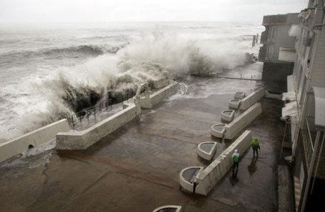 На набережной Сочи во время шторма.