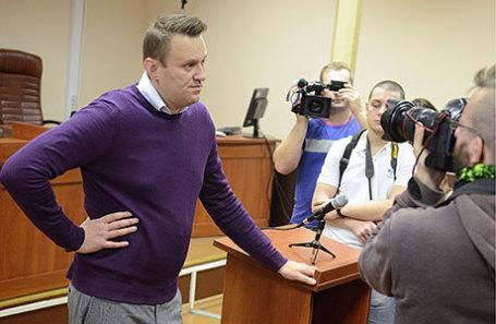 Оппозиционер Алексей Навальный (слева) во время заседания Ленинского суда по делу о хищении имущества компании «Кировлес».