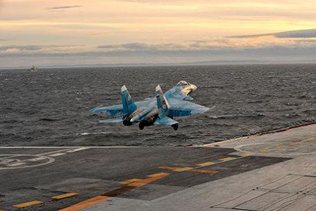 Корабельный истребитель Су-33 взлетает с борта авианосца «Адмирал Кузнецов».