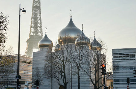 Вид на новый кафедральный Троицкий собор на территории Российского православного духовно-культурного центра на набережной Бранли.