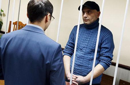 Задержанный сотрудниками ФСБ России в Крыму украинец Андрей Захтей (справа), обвиняемый в подготовке диверсий в Крыму, во время рассмотрения ходатайства о продлении ареста в Лефортовском суде.