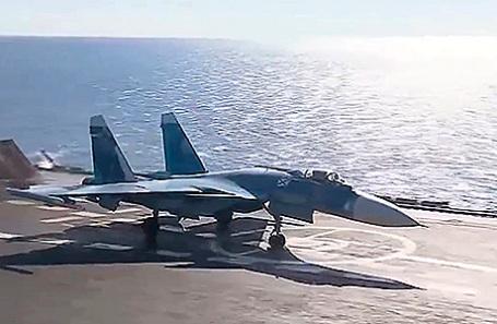 Истребитель Су-33 на палубе тяжелого авианесущего крейсера «Адмирал Кузнецов».