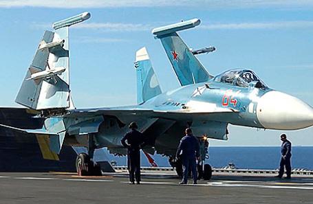Истребитель Су-33 во время боевого вылета с палубы тяжелого авианесущего крейсера «Адмирал Кузнецов».