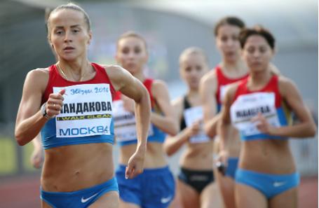 Спортсменка Марина Пандакова (на первом плане) во время соревнований по спортивной ходьбе на дистанции 3000 метров на турнире «Кубок олимпийцев».