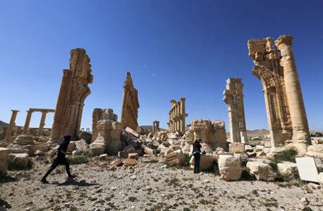 Руины монументальной арки в историческом городе Пальмира.