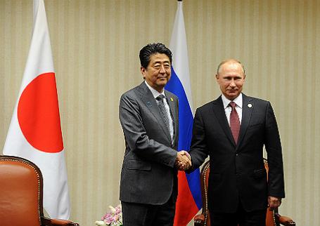 Премьер-министр Японии Синдзо Абэ и президент России Владимир Путин (слева направо).