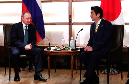 Президент России Владимир Путин и премьер-министр Японии Синдзо Абэ (слева направо).