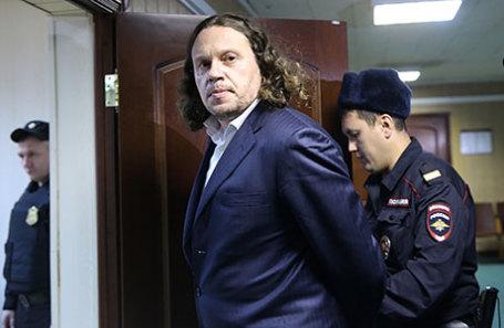 Бизнесмен Сергей Полонский (в центре), обвиняемый в мошенничестве при строительстве жилых комплексов перед началом рассмотрения дела по существу в Пресненском суде.