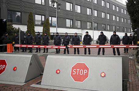 Полиция у здания Парламента в Варшаве, Польша.