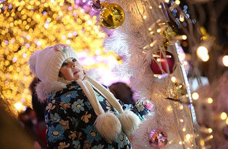 Девочка на фестивале «Путешествие в Рождество» на Тверском бульваре.