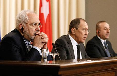 Министр иностранных дел Ирана Мохаммад Джавад Зариф, министр иностранных дел России Сергей Лавров и министр иностранных дел Турции Мевлют Чавушоглу (слева направо) во время пресс-конференции по итогам встречи.