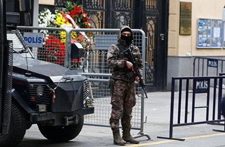Полицейский у здания российского консульства в Стамбуле.
