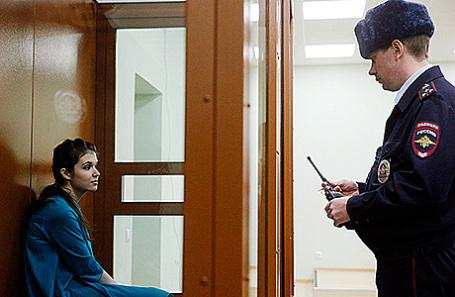 Бывшая студентка МГУ имени М.В. Ломоносова Александра Иванова (Варвара Караулова) (слева) во время оглашения приговора в Московском окружном военном суде, 22 декабря 2016.