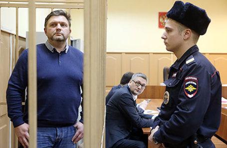Бывший губернатор Кировской области Никита Белых (слева), обвиняемый в получении взятки в размере 400 тысяч евро, перед началом рассмотрения ходатайства о продлении срока ареста в Басманном районном суде.
