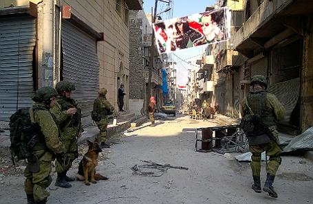 Российские саперы во время масштабной операции по разминированию освобожденных от боевиков кварталов Восточного Алеппо.