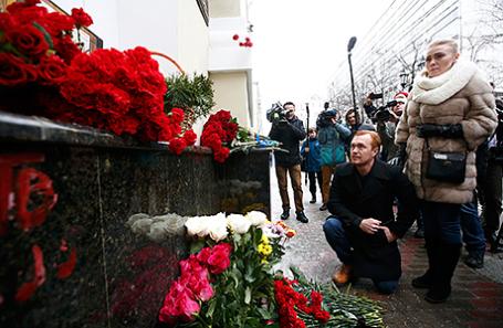 Люди возлагают цветы у здания концертного зала «Александровский» в память о погибших во время крушения самолета ТУ-154. Москва, Россия, 25 декабря 2016.